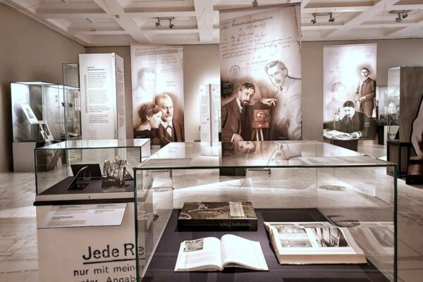 """Das Museum für Hamburgische Geschichte zeigt in der Ausstellung """"Der Fotograf Max Halberstadt …eine künstlerisch begabte Persönlichkeit"""" zahlreiche Fotos und Dokumente, die von den Nachfahren von Max Halberstadt aufbewahrt wurden."""