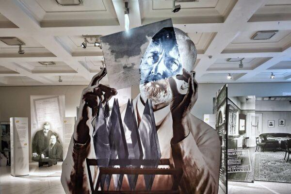 Seine Porträts von Sigmund Freud sind weltbekannt. Das Museum für Hamburgische Geschichte widmet Max Halberstadt nun eine Ausstellung.