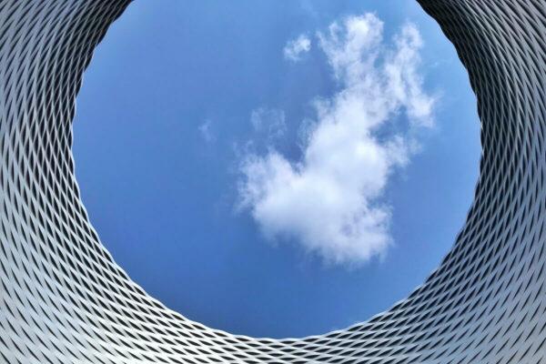Der Messeplatz in Basel bietet einen spektakulären Blick in den Himmel.