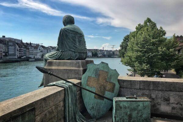 """Die """"Reisende Helvetia"""" am Rhein in Basel gehört zu den bekanntesten Helvetia-Statuen der Schweiz."""
